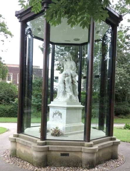 This image has an empty alt attribute; its file name is victoria-hall-memorial-05.jpg